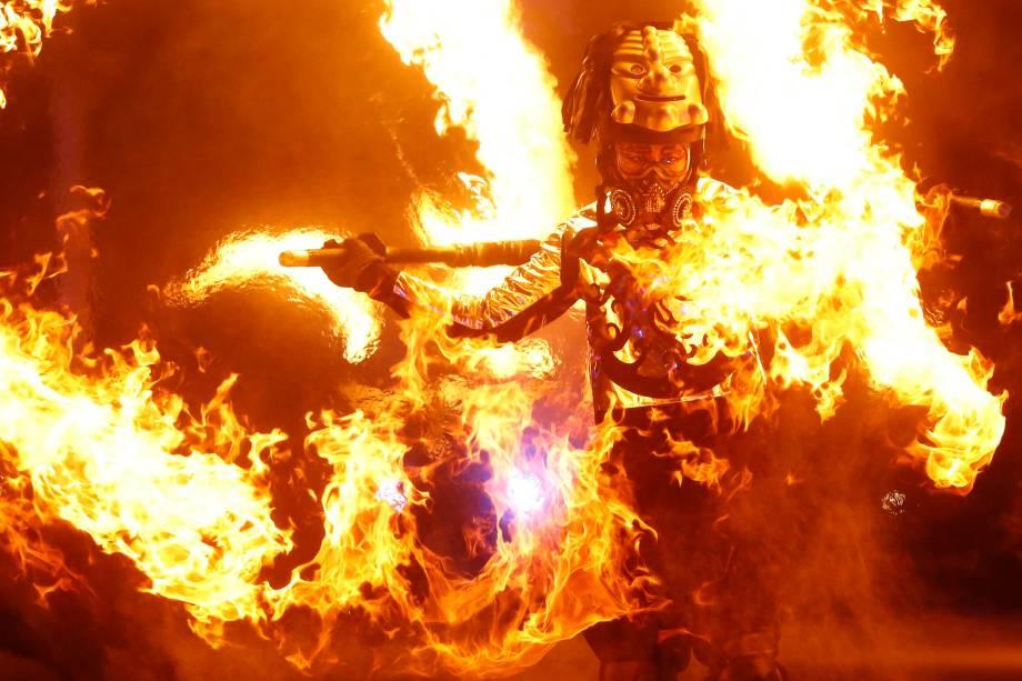 Um artista realiza performance com chamas durante a abertura dos Jogos Olímpicos de Inverno em Pyeongchang, na Coreia do Sul - 09/02/2018