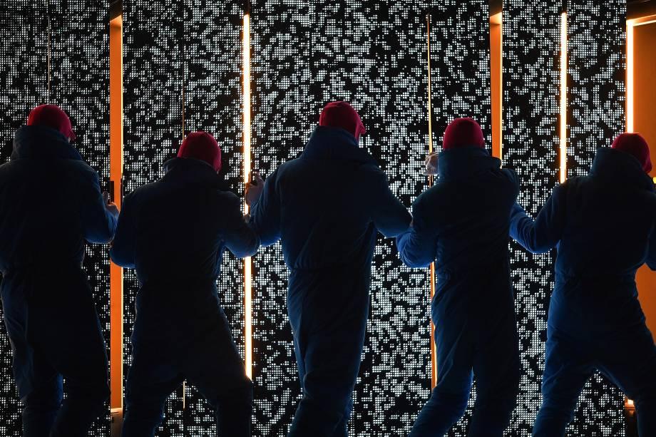 Dançarinos executam uma performance carregando quadrados iluminados durante a abertura dos Jogos Olímpicos de Inverno em Pyeongchang, na Coreia do Sul - 09/02/2018
