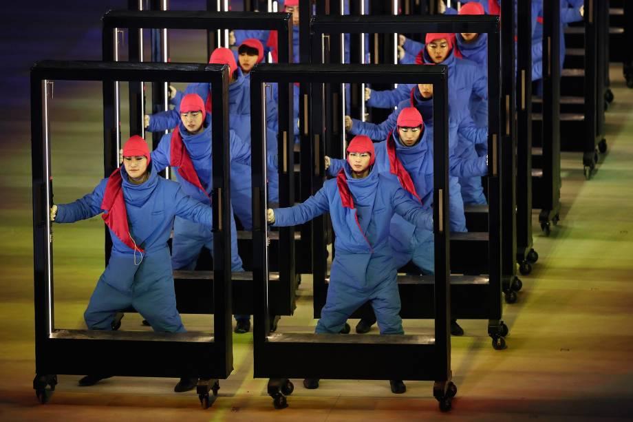 Dançarinos executam uma performance carregando quadrados iluminados durante a abertura dos Jogos Olímpicos de Inverno de Pyeongchang, na Coreia do Sul - 09/02/2018