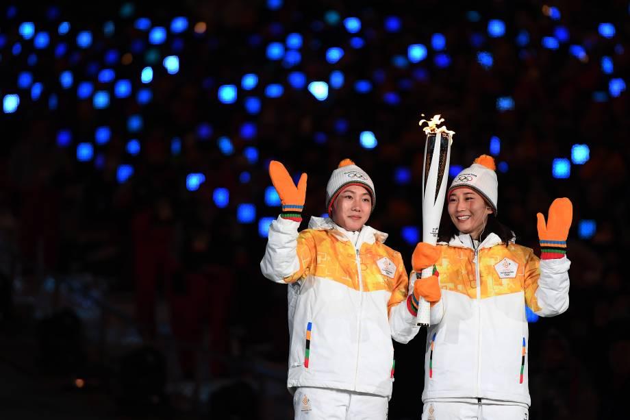 Integrantes do time de hockey da Coreia carregam a tocha dos Jogos Olímpicos de Inverno durante cerimônia de abertura, no estádio Olímpico de Pyeongchang, na Coreia do Sul - 09/2/2018