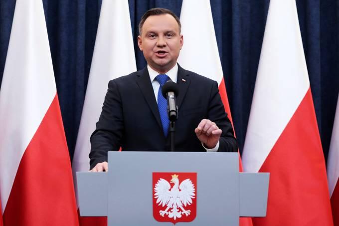 O presidente da Polônia, Andrzej Duda, anuncia sua decisão à imprensa, em Varsóvia