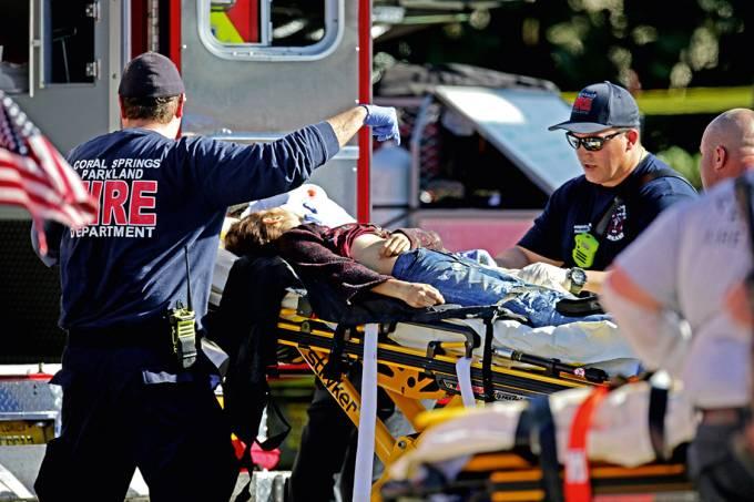 Crueldade – Vítima é levada para hospital em Parkland: estudantes mortos