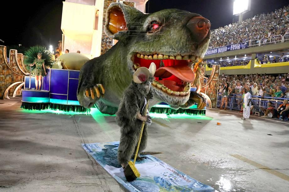 A Beija-Flor abordou temas como desigualdade social, a falta de respeito e a de amor, no segundo dia de desfiles do Carnaval do Rio - 13/02/2018