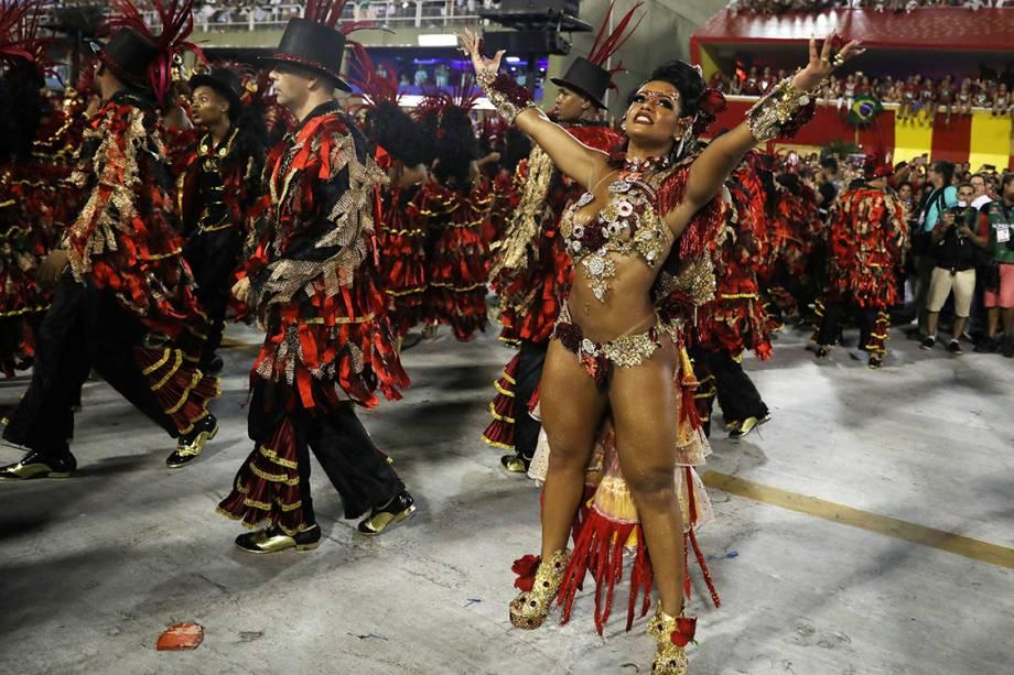 A rainha de bateria da Beija-Flor durante o segundo dia de desfiles do Carnaval do Rio - 13/02/2017