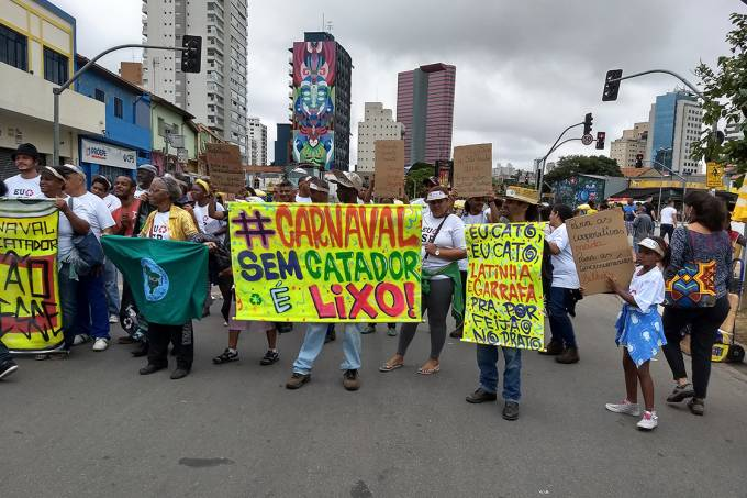 Catadores de materiais recicláveis protestam em bloco em São Paulo