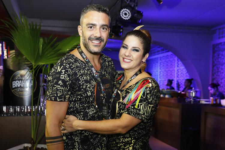 Matheus Mazzafera e Christiane Pelajo posam para foto em camarote no Sambódromo da Marquês de Sapucaí, durante a primeira noite de desfiles das escolas de samba do Grupo Especial - 11/02/2018