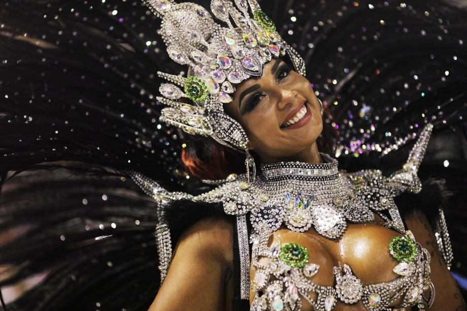 Milena Nogueira, rainha de bateria da Império Serrano, durante desfile no Sambódromo da Marquês de Sapucaí - 11/02/2018
