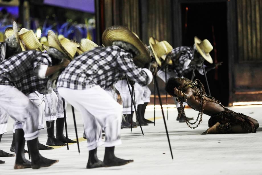 A escola de samba Paraíso do Tuiuti conta a história da escravidão no Brasil, durante desfile realizado no Sambódromo da Marquês de Sapucaí, no Rio de Janeiro (RJ) - 12/02/2018