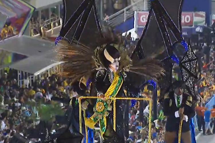 Presidente vampiro é visto durante desfile da Paraíso do Tuiuti na Marquês de Sapucaí - 12/02/2018