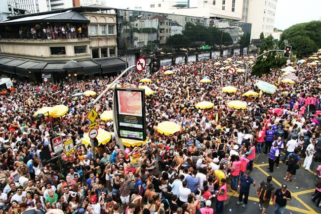 Multidão acompanha o bloco Acadêmicos do Baixo Augusta, em São Paulo (SP), durante o pré-Carnaval paulistano - 04/02/2018