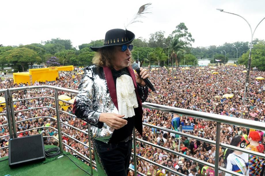 O cantor Alceu Valença agita foliões no Bloco 'Bicho Maluco Beleza', na região do Parque do Ibirapuera, em São Paulo (SP) - 03/02/2018