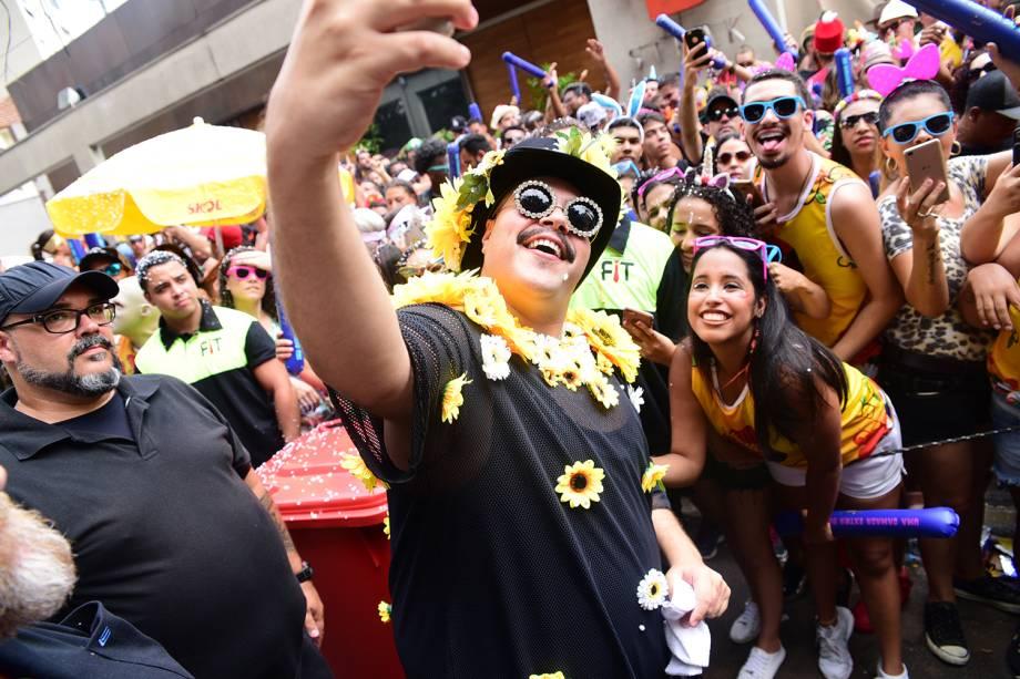 O cantor Tiago Abravanel tira fotos com foliões no Bloco Gambiarra, em São Paulo (SP) - 04/02/2018