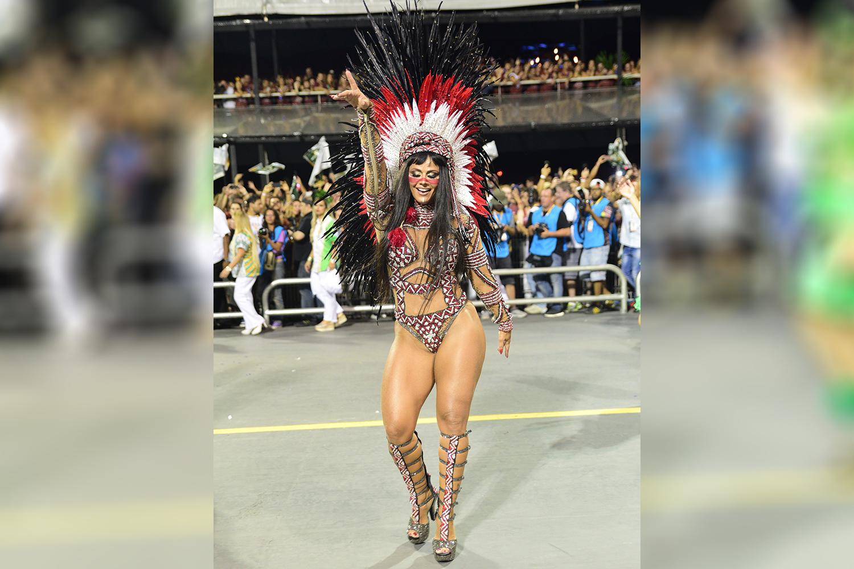 Viviane Araújo, rainha de bateria da Mancha Verde, durante desfile no Sambódromo do Anhembi - 10/02/2018
