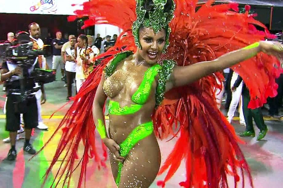 A madrinha da X-9 Paulistana, Tarine Lopes, perde tapa-sexo durante desfile da escola no Sambódromo do Anhembi - 10/02/2018