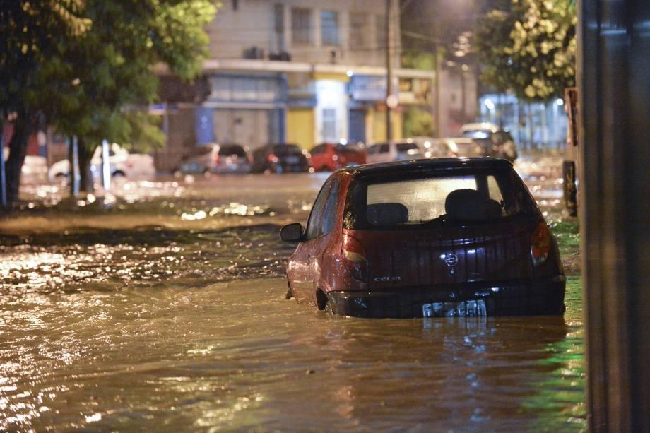Carros ficam debaixo d'água após forte chuva no Rio de Janeiro - 14/02/2018