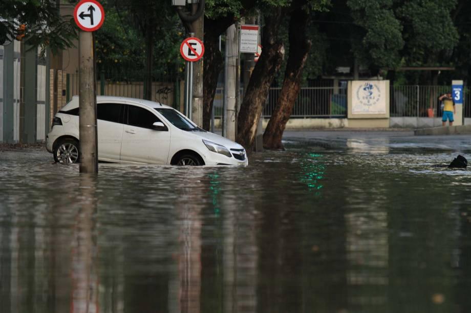 Chuva provoca pontos de alagamento na região da UERJ no Rio de Janeiro - 15/02/2018