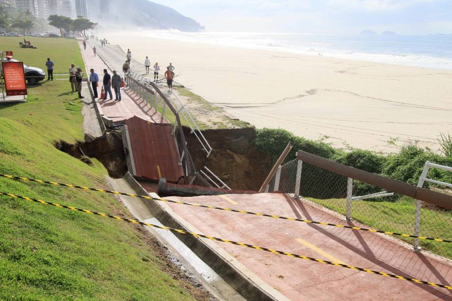 Trecho da ciclovia Tim Maia, na Zona Sul do Rio de Janeiro afunda após forte temporal. Trecho da via cedeu, perto de São Conrado - 15/02/2018