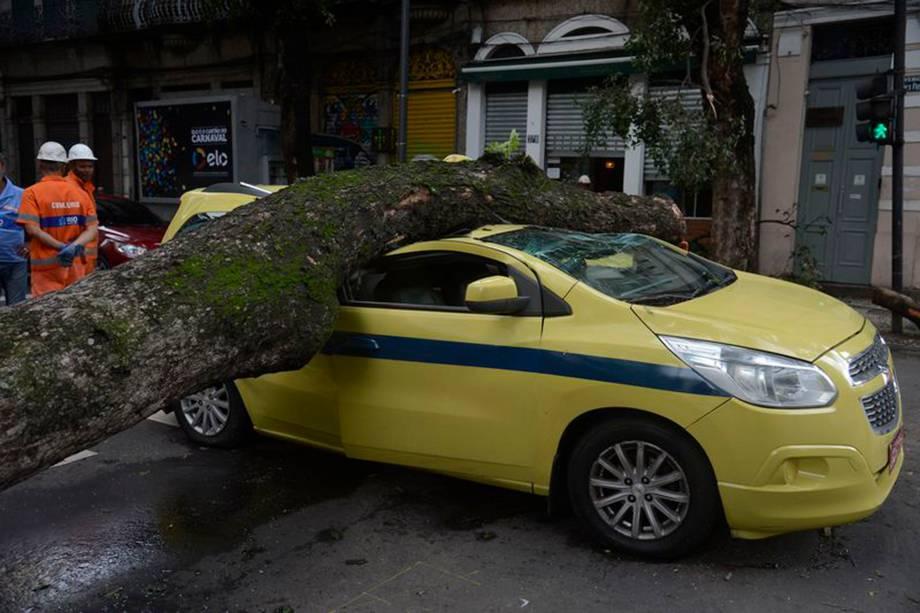 Árvore cai sobre carro, no centro, após forte temporal que atingiu a capital fluminense na madrugada - 15/02/2018
