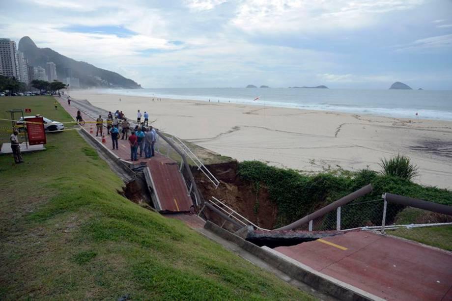Trecho da Ciclovia Tim Maia, em São Conrado, desaba após forte temporal que atingiu a capital fluminense na madrugada - 15/02/2018