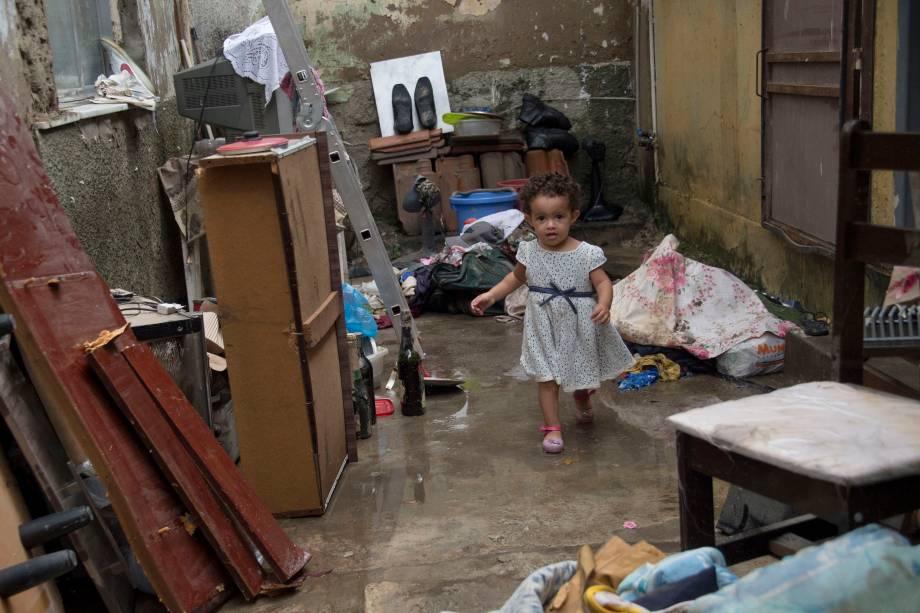 Criança de dois anos fotografada em uma casa depois de uma inundação provocada por fortes chuvas no bairro de Bonsucesso, no Rio de Janeiro - 15/02/2018