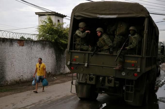 Exército faz operação em favela no Rio de Janeiro