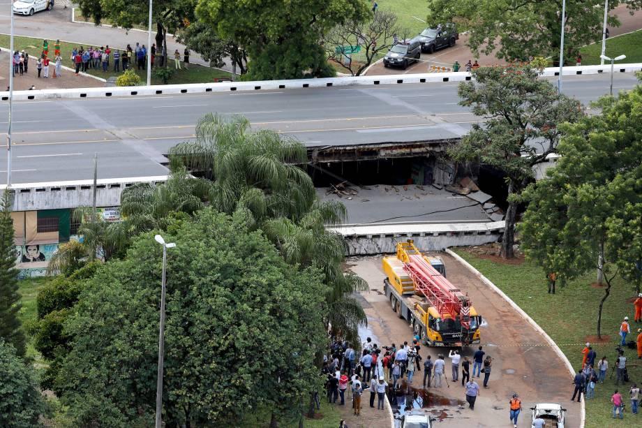 Caminhão-guindaste se posiciona no local do desabamento parcial de um viaduto no Eixão, em Brasília - 06/02/2018