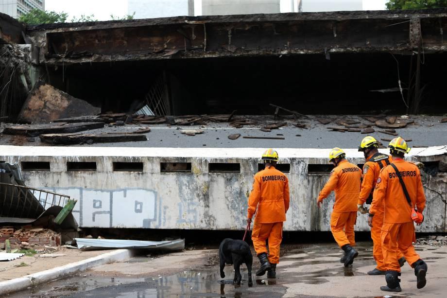 Bombeiros inspecionam parte de um viaduto em busca de vítimas após desabamento da via no Eixão Sul, em Brasília  - 06/02/2018