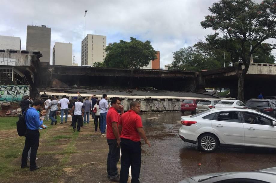 Um pedaço ocupado por duas faixas do viaduto Eixão Sul cederam nesta tarde em Brasília - 06/02/2018
