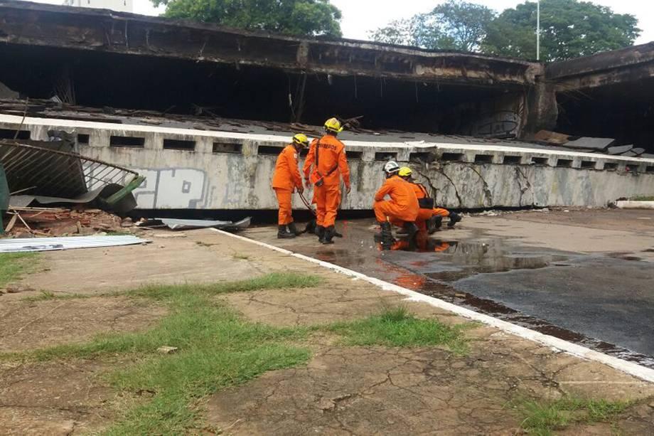 Homens do corpo de bombeiros iniciam inspeções sobre o desabamento do Eixão Sul em Brasília - 06/02/2018