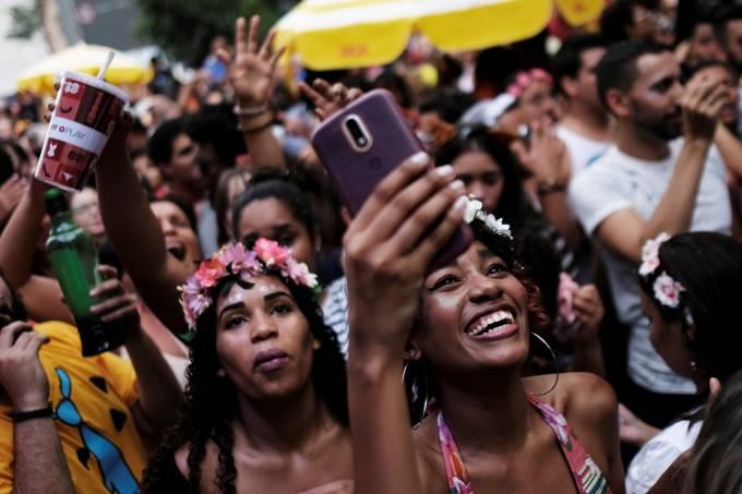 Foliões com celular nos blocos de Carnaval em São Paulo