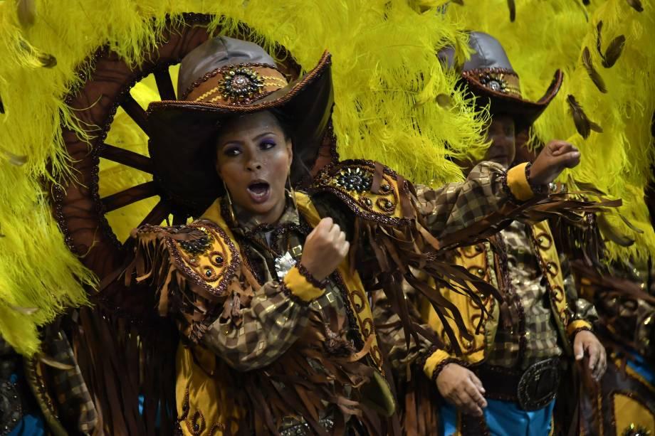 Membros da escola de Samba Dragões da Real desfilam vestidos como vaqueiros durante a segunda noite de carnaval em São Paulo, no Sambódromo do Anhembi - 11/02/2018