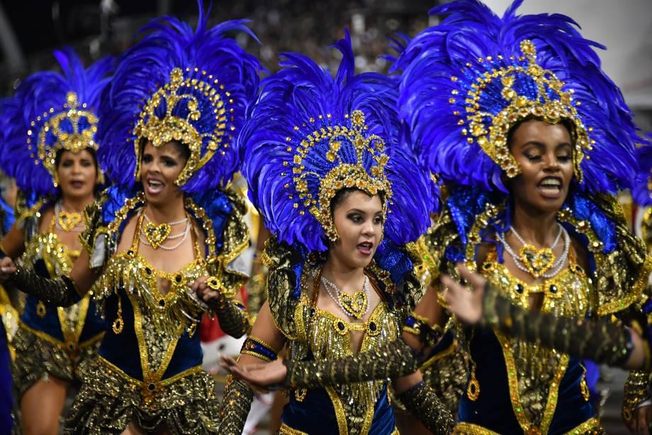 Membros da escola de Samba Dragões da Real desfilam durante a segunda noite de carnaval em São Paulo, no Sambódromo do Anhembi - 11/02/2018
