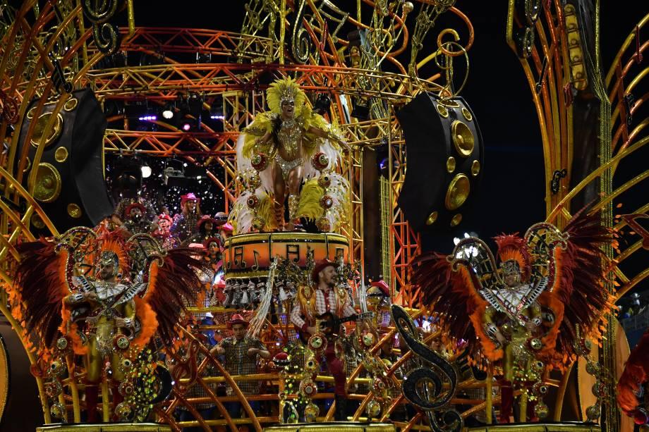 Carro alegórico da escola de Samba Dragões da Real durante o desfile de carnaval em São Paulo, no Sambódromo do Anhembi - 11/02/2018