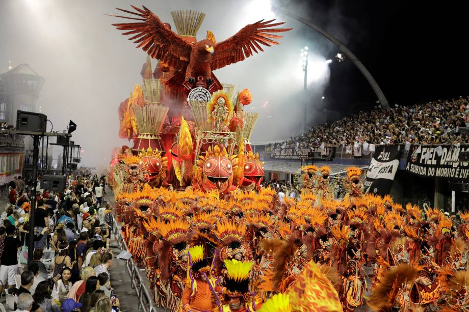 Membros da escola de samba Gaviões da Fiel desfilam durante a segunda noite de carnaval em São Paulo, no Sambódromo do Anhembi - 11/02/2018