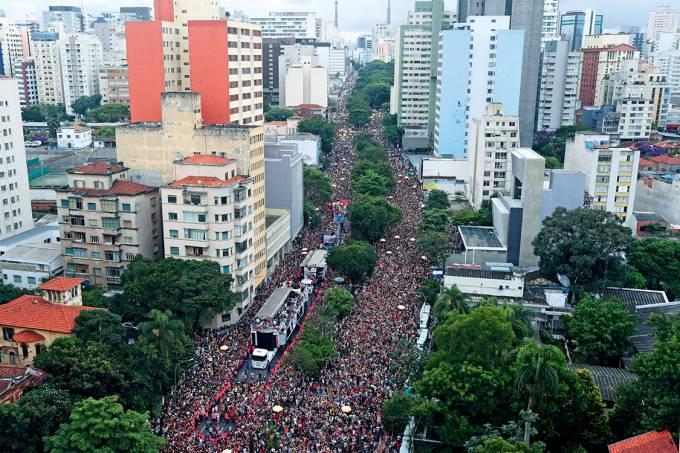Foliões durante o desfile do bloco Acadêmicos do Baixo Augusta, em São Paulo