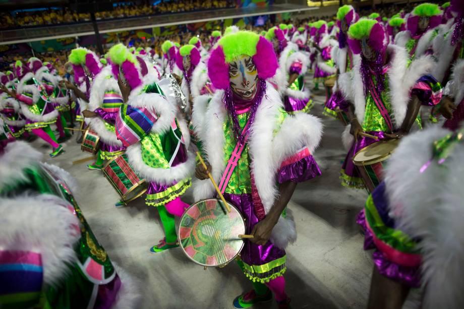 Com o tradicional verde e rosa da escola a bateria da Mangueira desfila na primeira noite do Carnaval carioca na Marquês de Sapucaí - 12/02/2018