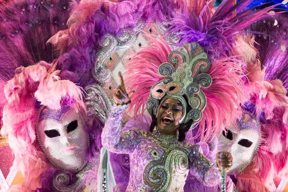Integrantes da Mangueira desfilam na primeira noite do Carnaval carioca na Marquês de Sapucaí - 12/02/2018