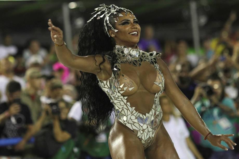 A rainha de bateria da Mangueira, Evelyn Bastos durante a primeira noite de desfiles do Carnaval carioca na Marquês de Sapucaí - 12/02/2018