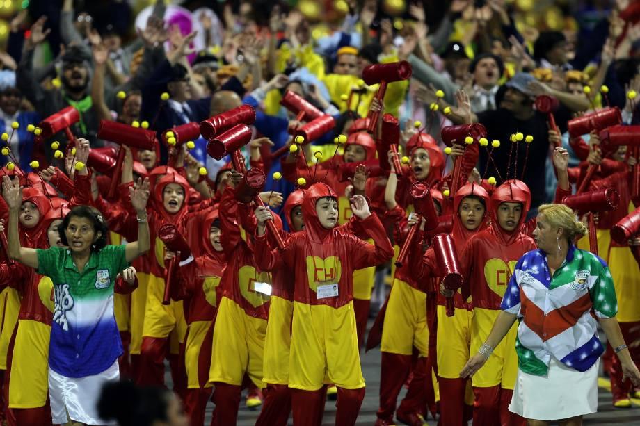 Crianças da escola de samba Unidos de Vila Maria desfilam com a roupa do personagem Chapolin durante a segunda noite noite de carnaval em São Paulo, no sambódromo do Anhembi - 11/02/2018