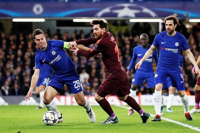 Messi, do Barcelona, em disputa de bola com Azpilicueta, do Chelsea