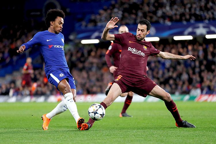 Willian e Sergio Busquets durante disputa de bola na partida entre Chelsea e Barcelona