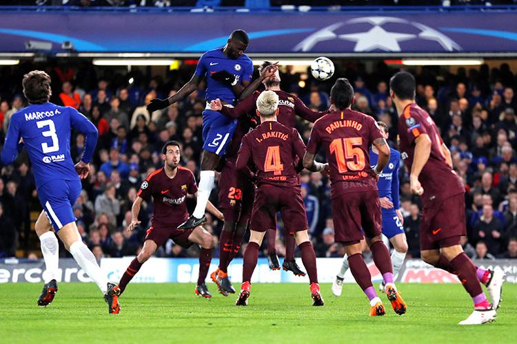 Lance de escanteio na partida entre Chelsea e Barcelona, pela Liga dos Campeões, em Londres