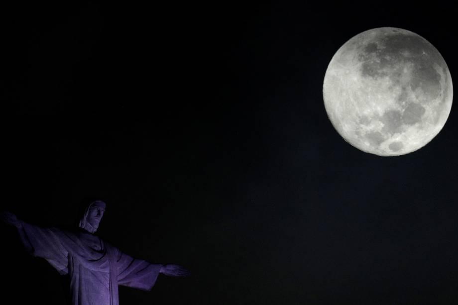Superlua é vista ao lado do Cristo Redentor no Rio de Janeiro, durante uma mesma noite de fenômenos astrológicos foram observáveis a Superlua Azul e a de Superlua de Sangue - 01/02/2018