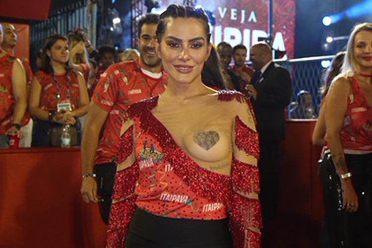 Cleo Pires aparece com decote inovador no camarote da Itaipava durante o carnaval carioca na Sapucaí - 12/02/2018