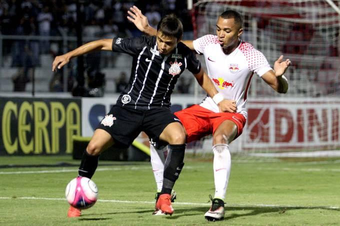 Disputa de bola na partida entre Corinthians e Red Bull Brasil, pelo Campeonato Paulista, em Campinas
