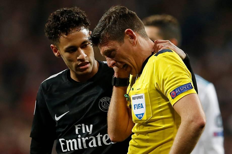 Neymar conversa com o árbitro após acertar uma bolada