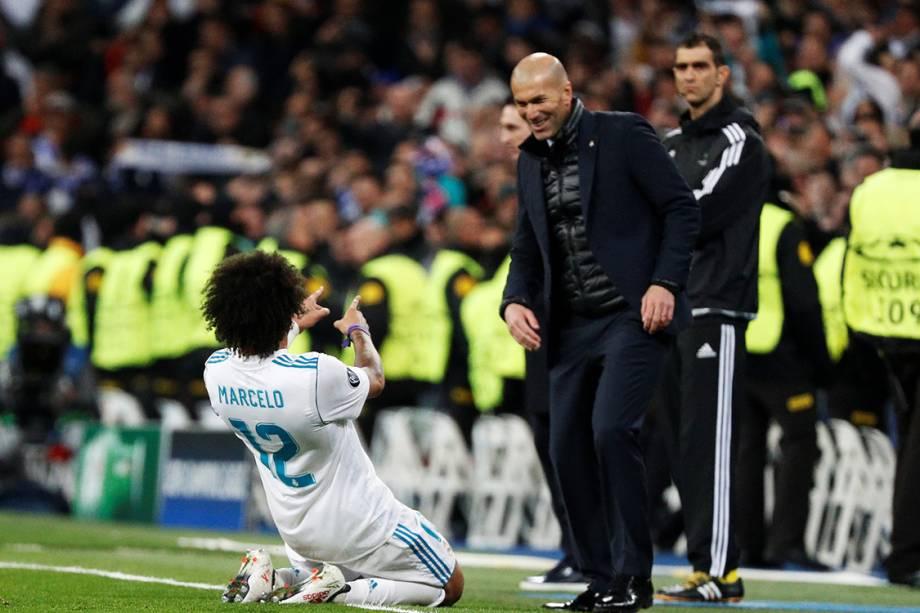 Marcelo comemora com o técnico Zidane, após marcar o terceiro gol do Real Madrid contra o PSG