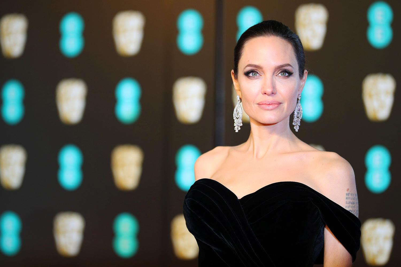 Angelina Jolie posa para foto no tapete vermelho, antes da premiação do BAFTA, em Londres - 18/02/2018
