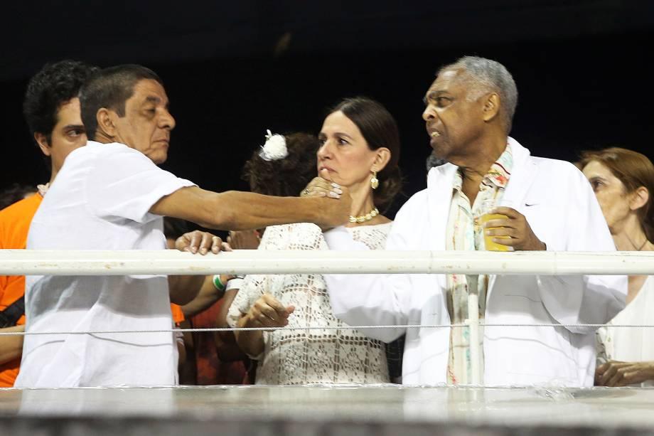 Zeca Pagodinho e Gilberto Gil se cumprimentam no Sambódromo do Anhembi, durante a primeira noite dos desfiles das escolas de samba no Grupo Especial - 10/02/2018