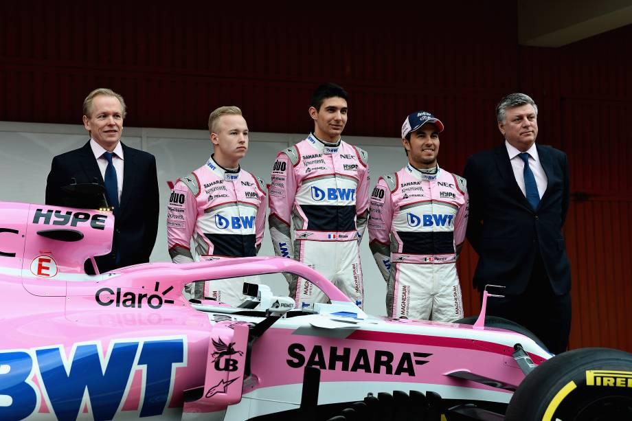 Andrew Green, Diretor Técnico da Force India, os pilotos Nikita Mazepin, Esteban Ocon, Sergio Pérez, e o Diretor de Operações, Otmar Szafnauer, posam para foto ao lado do novo carro VJM11 para a temporada 2018 da Fórmula 1 - 26/02/2018